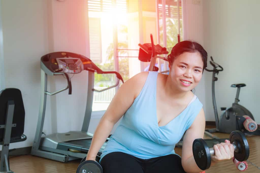 woman doing strength training exercise to promote weight loss